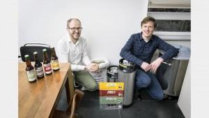 Jan-Willem Duifhuis en Peter Top tussen het bier en de brouwspullen